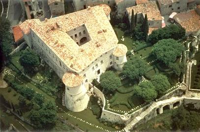 destinatii-de-calatorie-castelul-gourdon-si-terasa-cu-drajeuri-de-menta