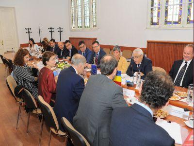 seful-madr-a-discutat-despre-pesta-porcina-si-dublul-nivel-de-calitate-al-produselor-alimentare-cu-comisarul-european-pentru-sanatate