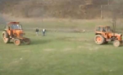 filmul-zilei-s-a-rasturnat-cu-tractorul-si-a-scapat-ca-prin-urechile-acului