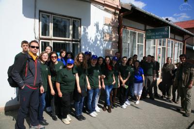 studentii-de-la-universitatea-stefan-cel-mare-din-suceava-au-plantat-puieti-in-parcul-national-calimani