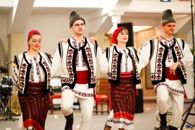 madr-sarbatoreste-ziua-europei-prin-produse-bio-si-costume-populare